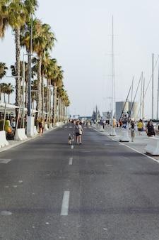 Femme avec un chien se promène dans le port