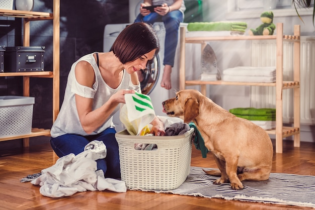 Femme, chien, tri, vêtements, sol