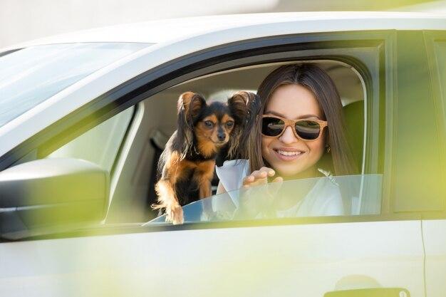 Femme et chien en voiture