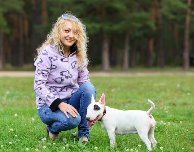Femme avec les chiens dans le parc