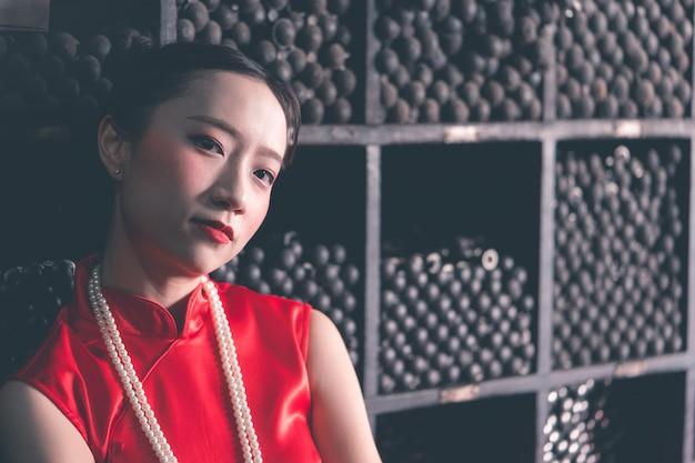 Femme chinoise dans un magasin industriel de barres d'acier