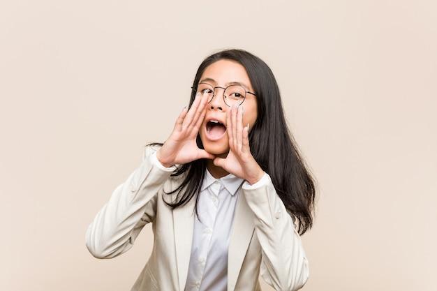 Femme chinoise de jeune entreprise criant excité à l'avant.