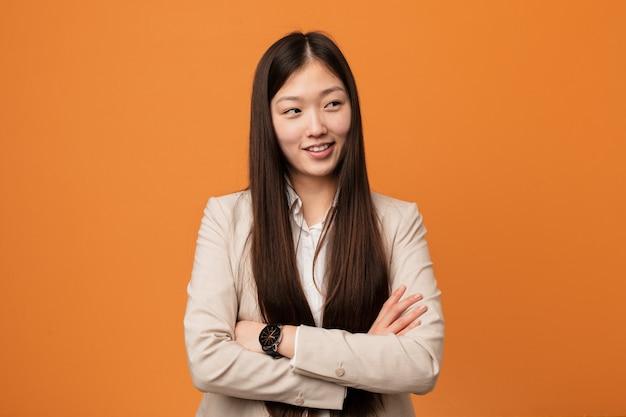 Femme chinoise de jeunes entrepreneurs souriant confiant avec les bras croisés.