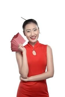 Femme chinoise en robe rouge cheongsam