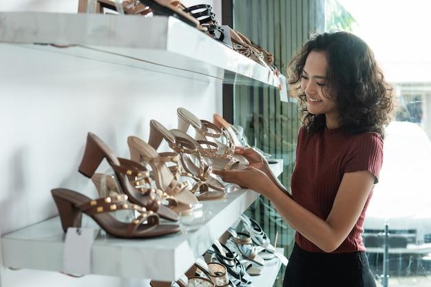 Femme, choisir, chaussures, étagères, mode, magasin