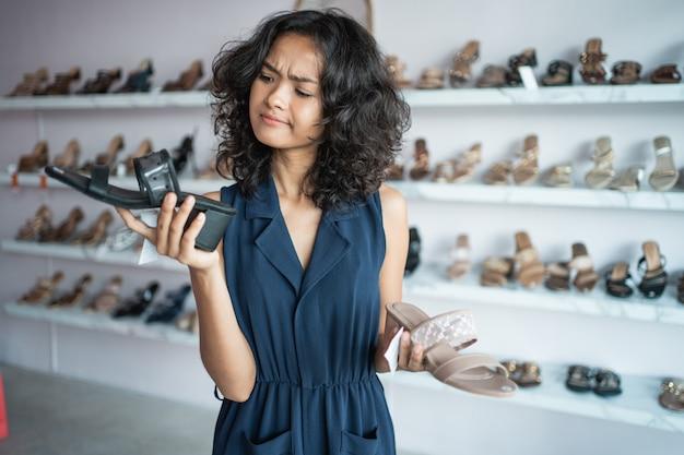 Femme, choisir, deux, différent, chaussures