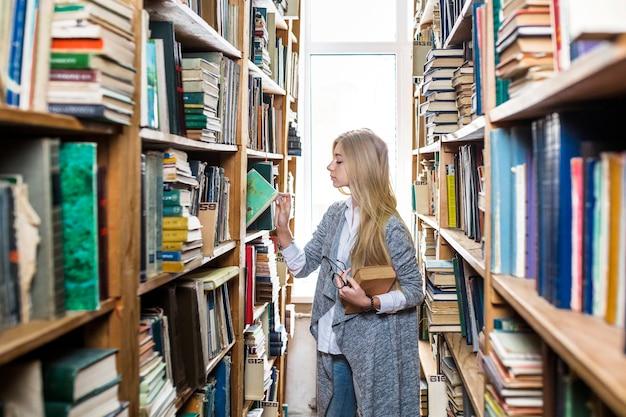Femme, choisir, livre, étagère