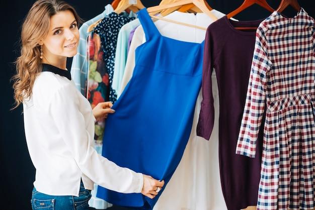 Femme, choisir, robe, magasin
