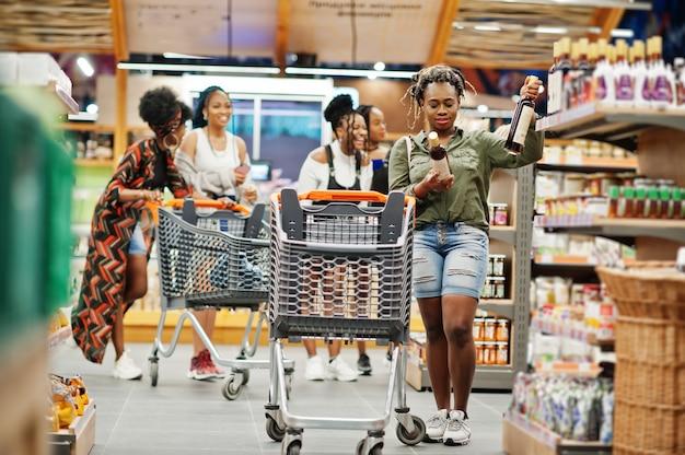 Femme, choisir, vin, supermarché, contre, elle, amis, achats, charrette