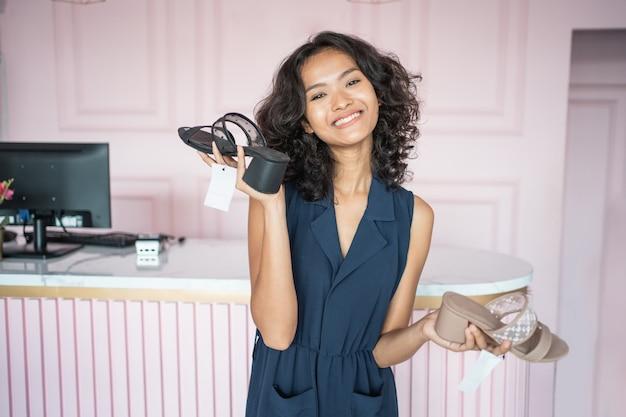 Femme choisissant des chaussures sur le magasin de mode