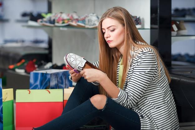 Femme choisissant des chaussures