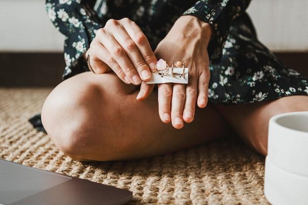 Femme choisissant entre deux anneaux