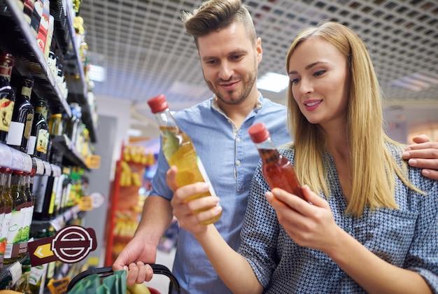 Femme choisissant un produit meilleur et moins cher