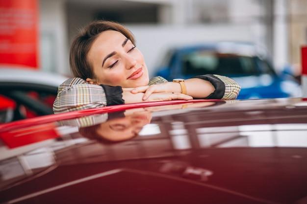Femme choisissant une voiture
