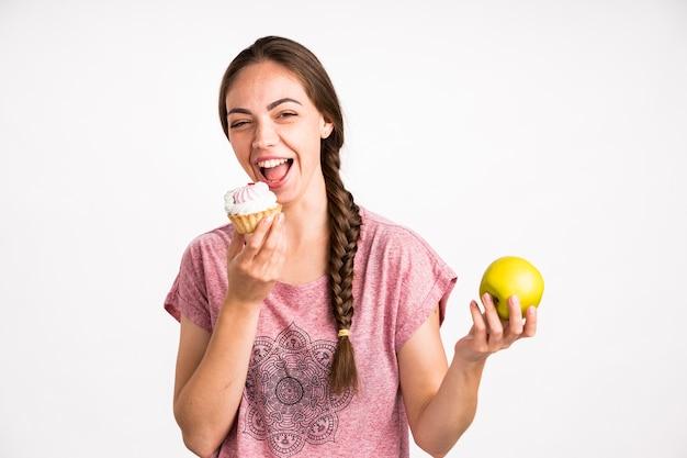 Femme, choix, petit gâteau, sur, pomme