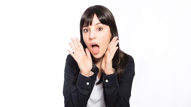 Femme choquée disant le secret