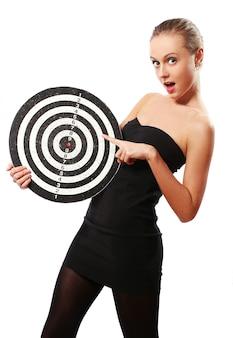 Femme avec cible de fléchettes