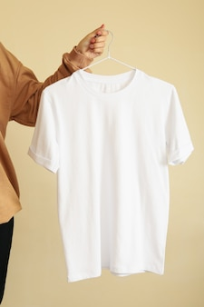 Femme cintre avec tee-shirt blanc vierge