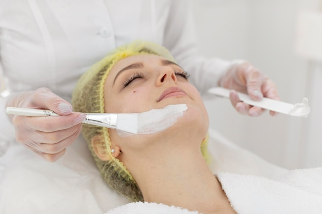 Femme à la clinique de beauté pour le traitement du visage
