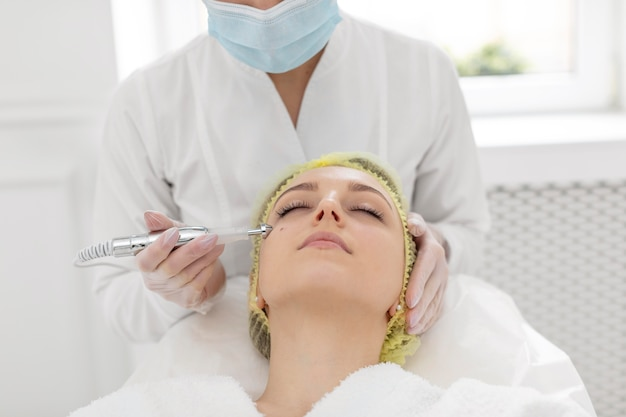 Femme à la clinique de beauté pour un traitement de remplissage