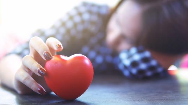 Femme de cœur brisé, attendant le concept de l'amour