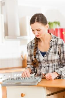 Femme avec coffre à outils et tournevis