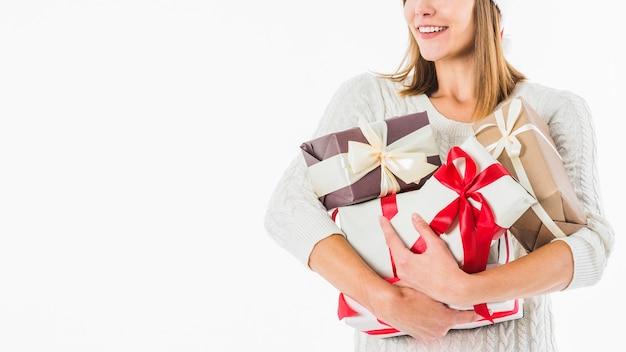 Femme avec des coffrets cadeaux sur fond blanc