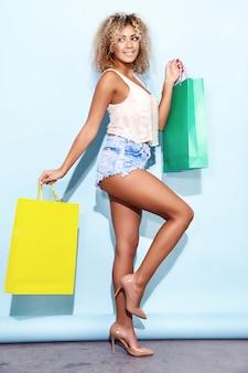 Femme avec une coiffure afro blonde après le shopping