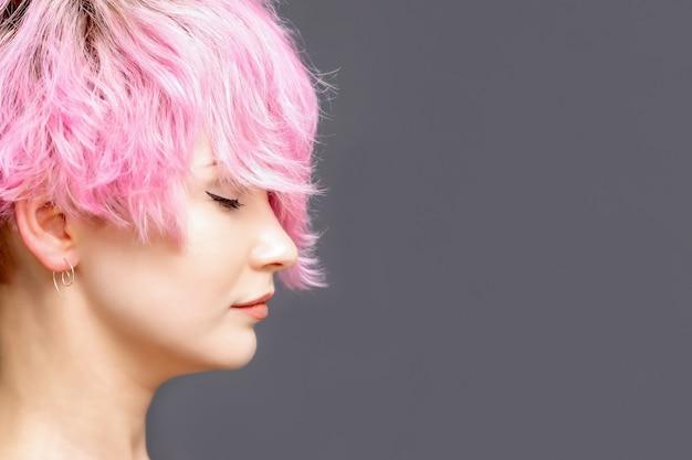 Femme avec une coiffure rose.