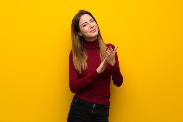 Femme, à, col roulé, sur, jaune, mur, applaudir, après, présentation, dans, a, conférence
