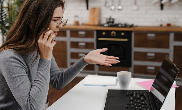 Femme en colère ayant un appel vidéo d'affaires