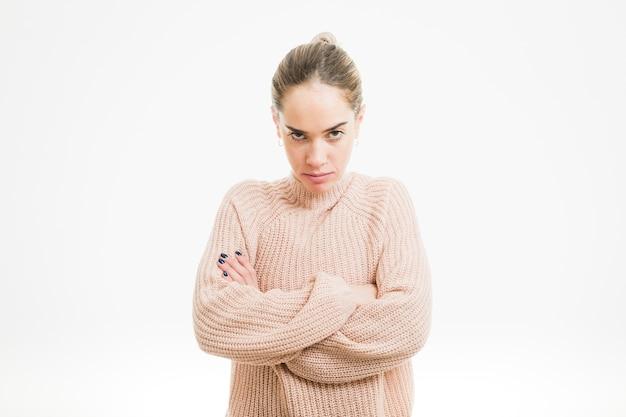 Femme en colère avec les bras croisés