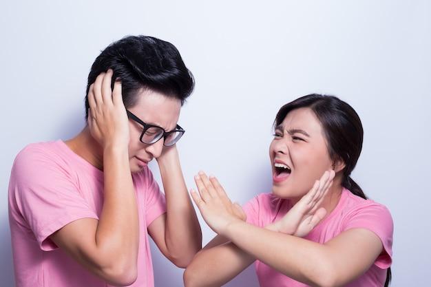 Femme en colère contre son petit ami
