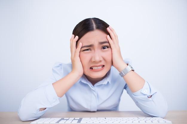 Femme en colère criant et tirant ses cheveux