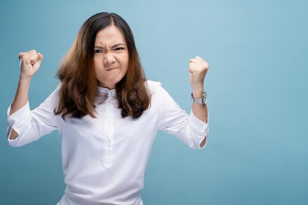 Femme en colère criant
