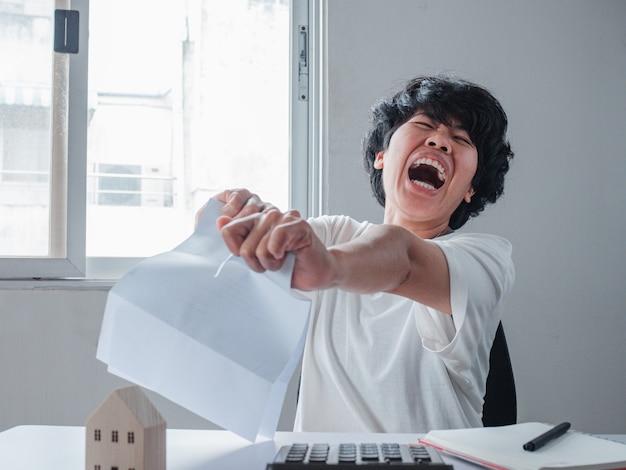 Femme en colère déchirant la lettre ou les factures. se sentir désespéré au sujet des problèmes financiers, avis méprisant, test échoué