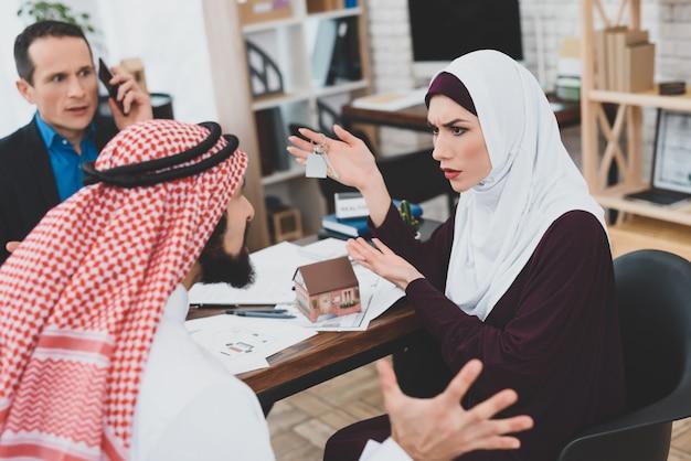 Femme en colère et mari problème immobilier office.