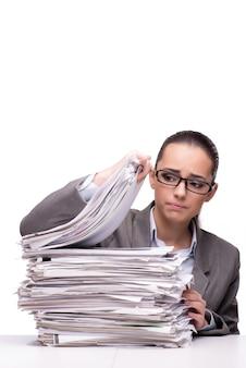 Femme en colère avec des piles de papier sur blanc