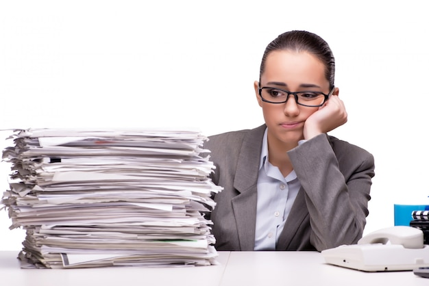 Femme en colère avec des piles de papier