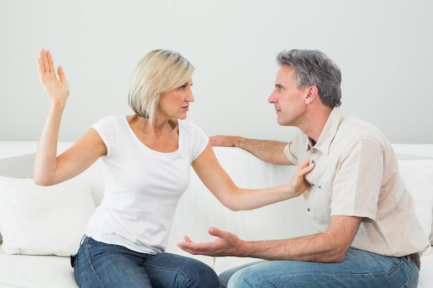 Femme en colère sur le point de gifler un homme à la maison