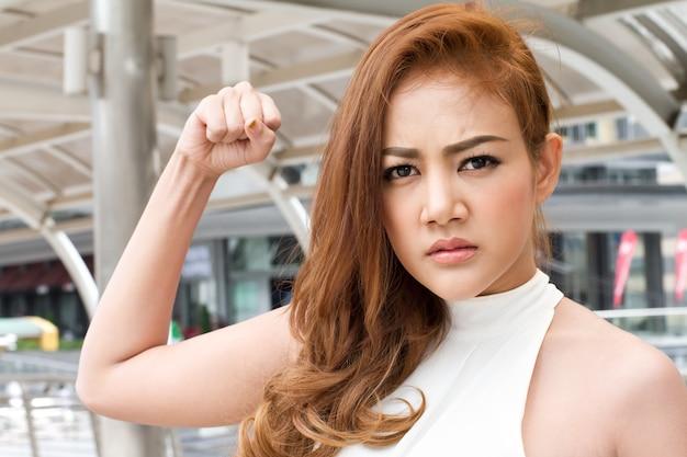 Femme en colère se préparant à punch