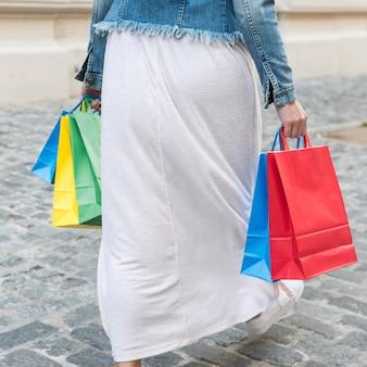 Femme, coloré, paquets, rue