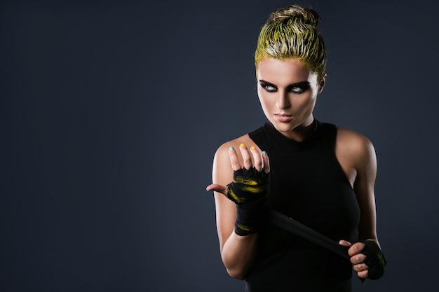 Femme combattant mma aux cheveux jaunes
