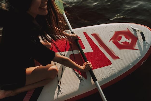 Femme, combinaison, aviron, surf, pagaie