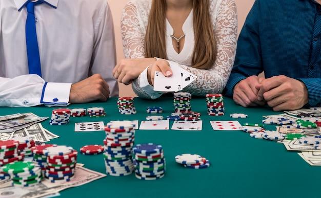 Femme en combinaison de cartes poussant entreprise masculine