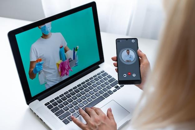 Femme commande le nettoyage en ligne sur un ordinateur portable