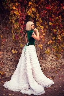 Une femme comme une princesse dans une robe vintage dans le parc des fées