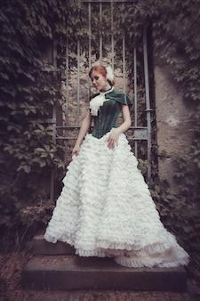 Une femme comme une princesse vêtue d'une robe vintage dans le parc des fées