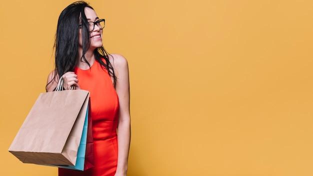 Femme commerçante gaie avec des sacs