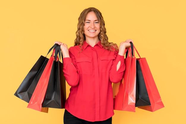 Femme commerçante de vendredi noir aux cheveux bouclés